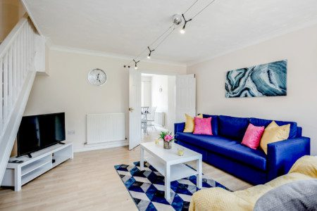 Spacious 3 Bed - 2.5 bathrooms, Contractors, Professionals, Free private parking + Fast Broadband, Close to Ltn Airport + M1