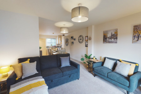 SPACIOUS 4-BED TOWNHOUSE, FREE-PARKING - SLEEPS 8