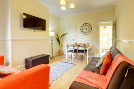 EARLSDON HOME COVENTRY - SUPER COSY 3 Bed HOUSE NEAR CITY CENTRE with GARDEN BY PASSIONFRUIT PROPERTIES
