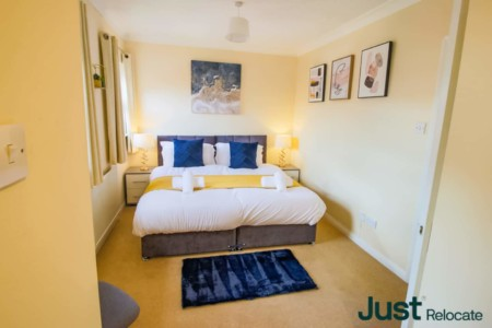 Spacious 3 bedroom flat With Workspace and Parking