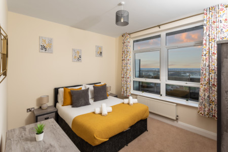 Penthouse Private Balcony with Views, Ashford Central